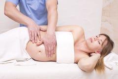 Беременная женщина массажа стоковая фотография rf