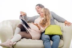 Беременная женщина моды с супругом Стоковые Изображения RF