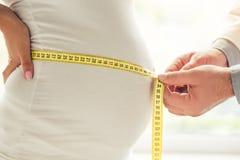 Беременная женщина навещая доктор Стоковые Изображения RF
