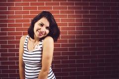 Беременная женщина на кирпичной стене Стоковое фото RF
