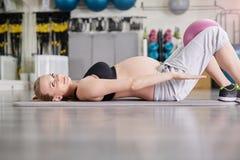 Беременная женщина на тренировке циновки спортзала с шариком pilates Стоковое фото RF