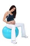 Беременная женщина на шарике рождения Стоковые Изображения RF