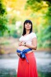 Беременная женщина около озера Стоковое Изображение RF