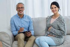 Беременная женщина доктора советуя с Стоковое фото RF