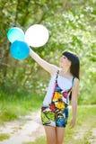 Беременная женщина ослабляя в парке Стоковое Изображение