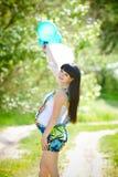Беременная женщина ослабляя в парке Стоковые Изображения