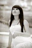 Беременная женщина ослабляя в парке Стоковая Фотография