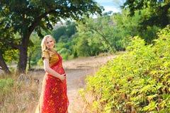 беременная женщина парка Индийская девушка в платье Стоковая Фотография