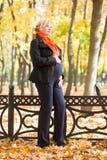 беременная женщина парка осени Стоковая Фотография