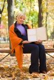 беременная женщина парка осени Стоковое Изображение RF