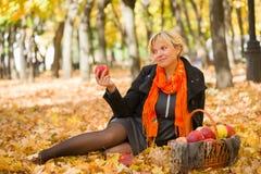беременная женщина парка осени Стоковое Изображение