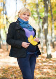 беременная женщина парка осени Стоковые Изображения