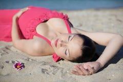 беременная женщина пляжа счастливая Стоковая Фотография