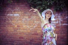 Беременная женщина показывает направление Стоковая Фотография