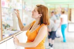 Беременная женщина покупает снадобья стоковые фотографии rf