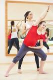 Беременная женщина при личный тренер делая тренировку фитнеса Стоковое Изображение RF