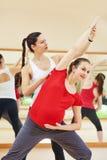 Беременная женщина при личный тренер делая тренировку фитнеса Стоковые Изображения