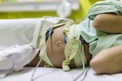 Беременная женщина проходя cardiotocography стоковое изображение