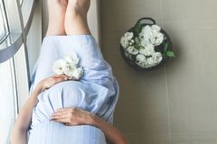 Беременная женщина распологая в комнату стоковые изображения rf