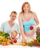 Беременная женщина семьи подготовляя еду. Стоковые Изображения RF