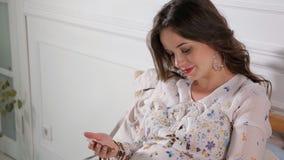 Беременная женщина смотря ее эхографию младенца сток-видео