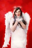 Беременная женщина с костюмом ангела Стоковые Изображения