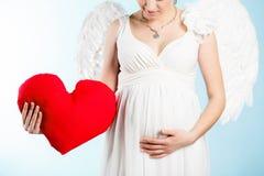 Беременная женщина с крылами ангела Стоковые Изображения