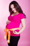 Беременная женщина с оранжевой лентой Стоковое фото RF