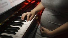 Беременная женщина с роялем Стоковое Изображение RF