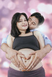 Беременная женщина с символом супруга и сердца Стоковая Фотография