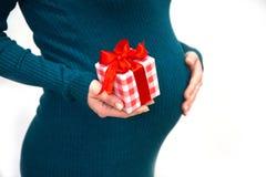 Беременная женщина с цветком стоковое изображение rf