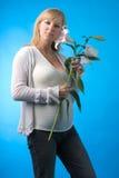 Беременная женщина с цветком Стоковые Изображения RF