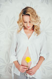 беременная женщина с цветком Стоковая Фотография RF