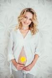 беременная женщина с цветком Стоковые Изображения