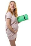 Беременная женщина с циновкой стоковые изображения rf