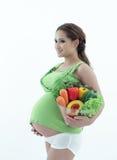 Беременная женщина с шаром салата. Стоковые Фотографии RF