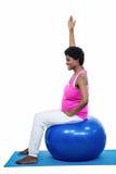 беременная женщина тренировки шарика стоковое фото