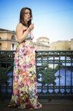 Беременная женщина дуя на одуванчике Стоковое Фото