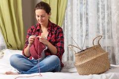 беременная женщина knit стоковые фото