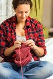 беременная женщина knit стоковые изображения rf