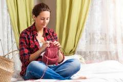 беременная женщина knit стоковое фото