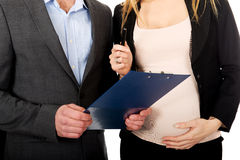 Беременная коммерсантка подписывая контракт Стоковые Фото