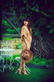 Беременная красивая женщина на природе в загородном доме стоковая фотография rf