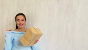Беременная мама готовит рождественскую елку с подарками белого рождества акции видеоматериалы