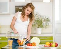 Беременная мать в кухне Стоковая Фотография