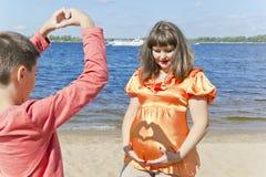 Беременная мать и сын в лете Стоковые Фото