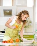 Беременная мать подготавливая еду Стоковое Изображение