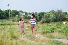 Беременная семья имея потеху стоковые фото