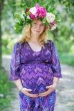 Беременная симпатичная женщина в летнем дне Стоковые Фотографии RF