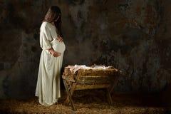 Беременная Mary смотря кормушку Стоковые Изображения RF